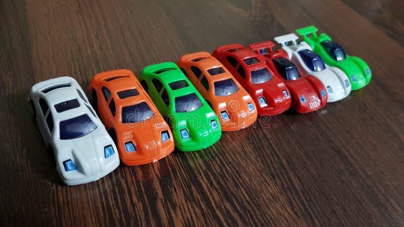 Menino com o brinquedo do carro na cama fotos de stock royalty free