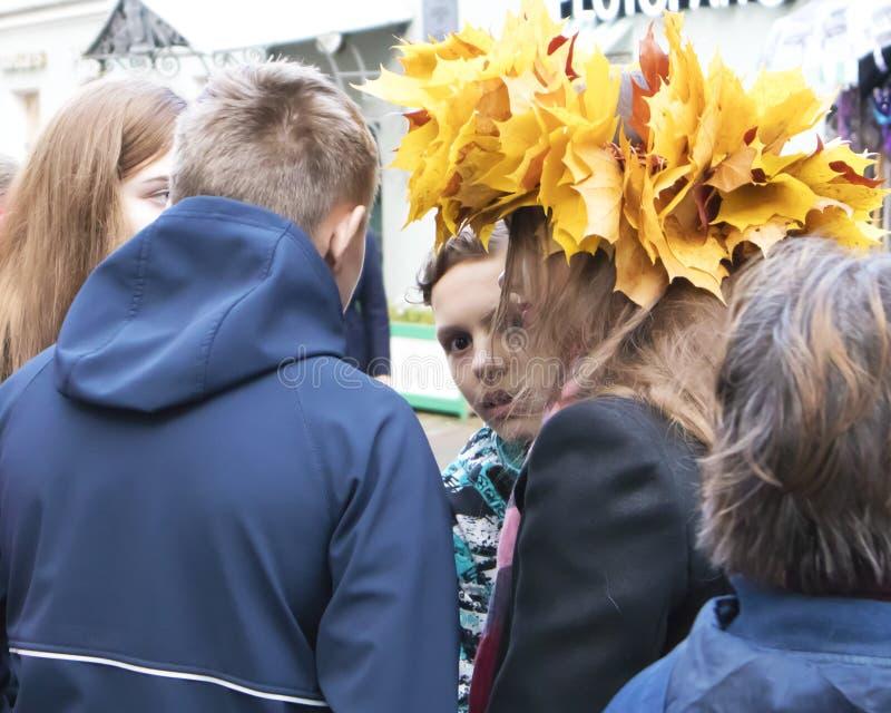 Menino com olhar assustado entre o grupo de adolescentes foto de stock royalty free