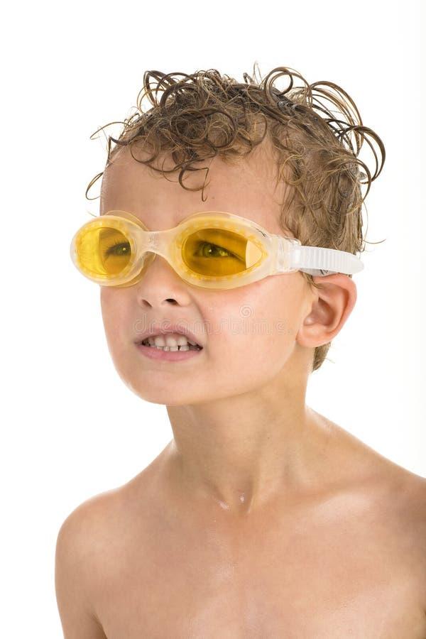 Menino com os óculos de proteção amarelos da natação e cabelo molhado fotografia de stock royalty free