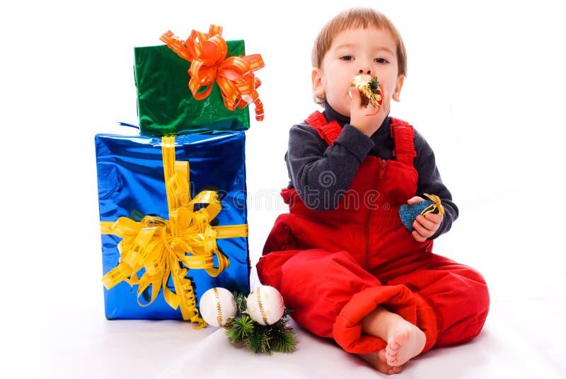 Menino com presentes e brinquedos de Natal foto de stock