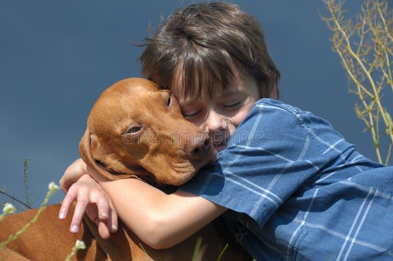 Menino com seu cão de animal de estimação fotografia de stock royalty free