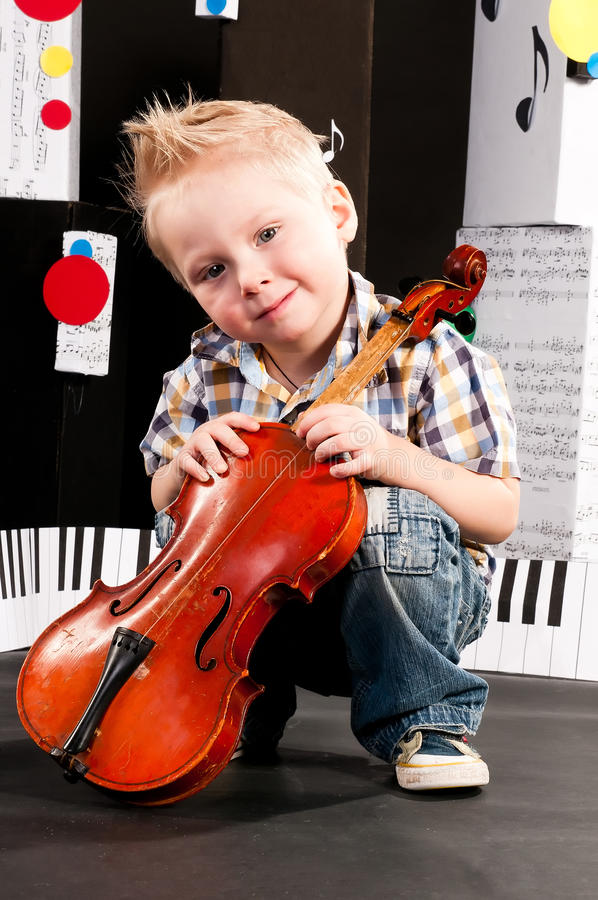 Menino com um violino fotos de stock