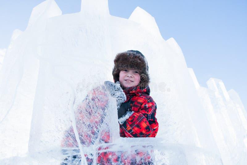 Menino com uma escultura de gelo fotografia de stock