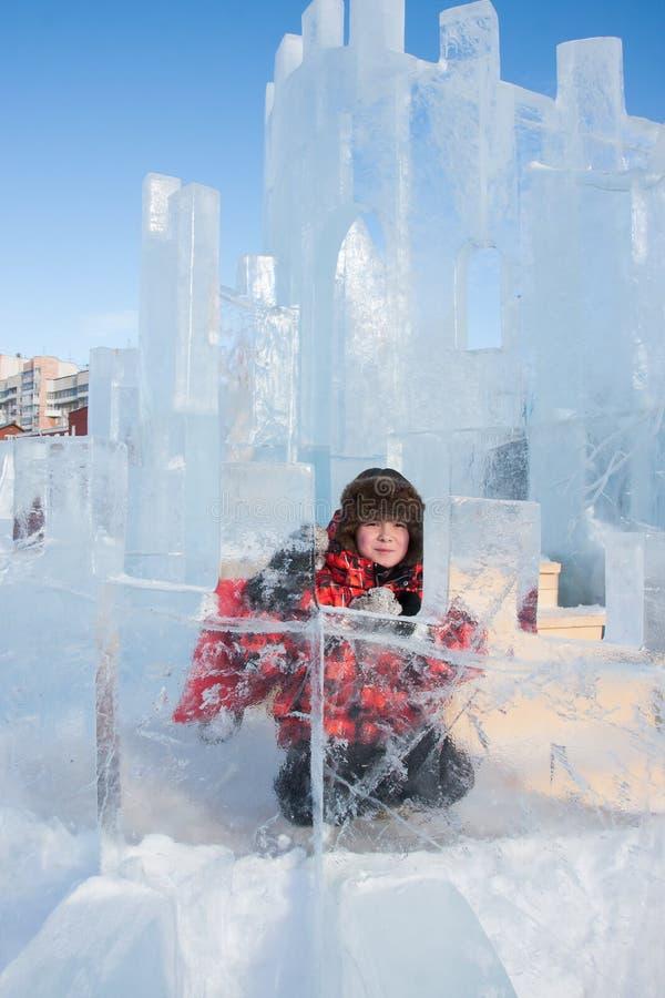 Menino com uma escultura de gelo, urbana esp fotografia de stock royalty free