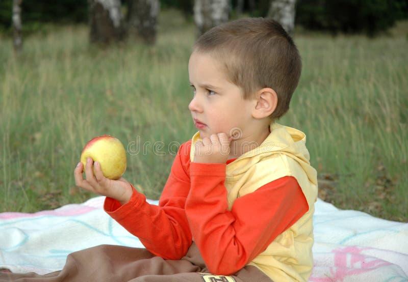 Menino com uma maçã imagens de stock