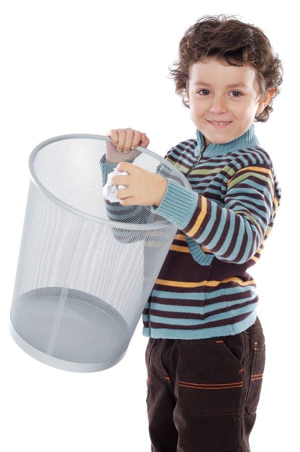 Menino com wastebasket imagem de stock royalty free