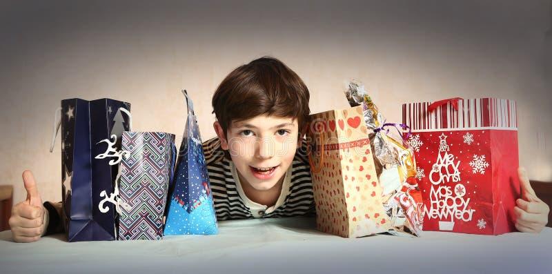 Menino considerável do Preteen com presentes de Natal imagem de stock royalty free