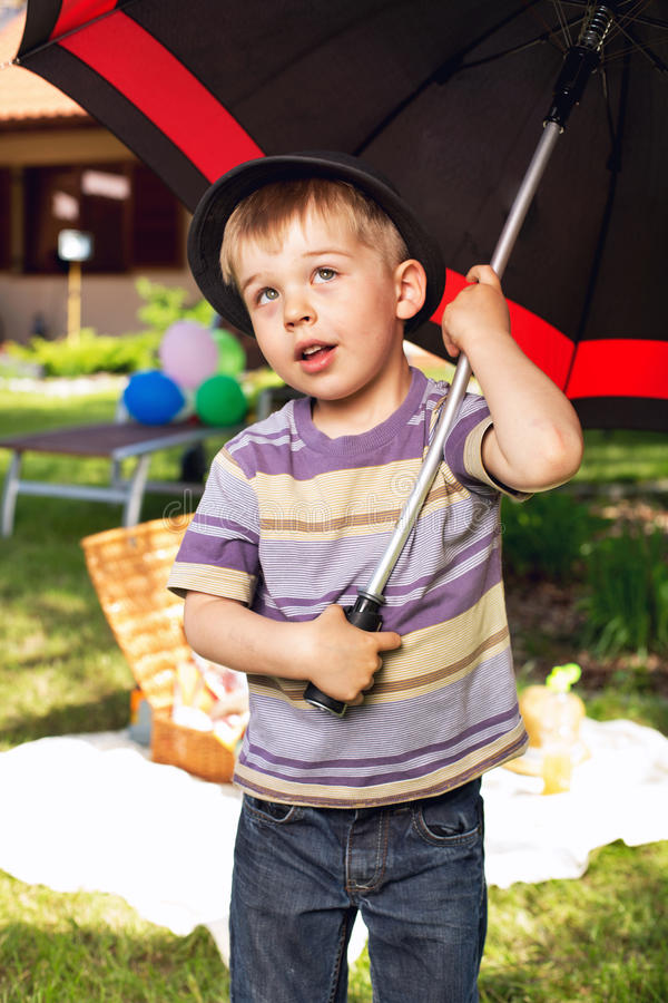Menino curioso com guarda-chuva grande foto de stock royalty free