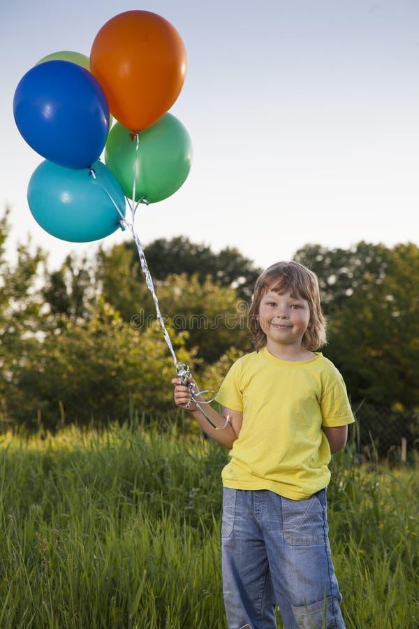 Menino da beleza com balão fora imagens de stock