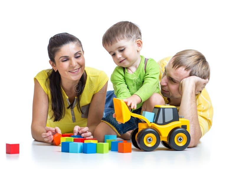 Menino da criança com blocos de apartamentos do jogo dos pais imagens de stock royalty free