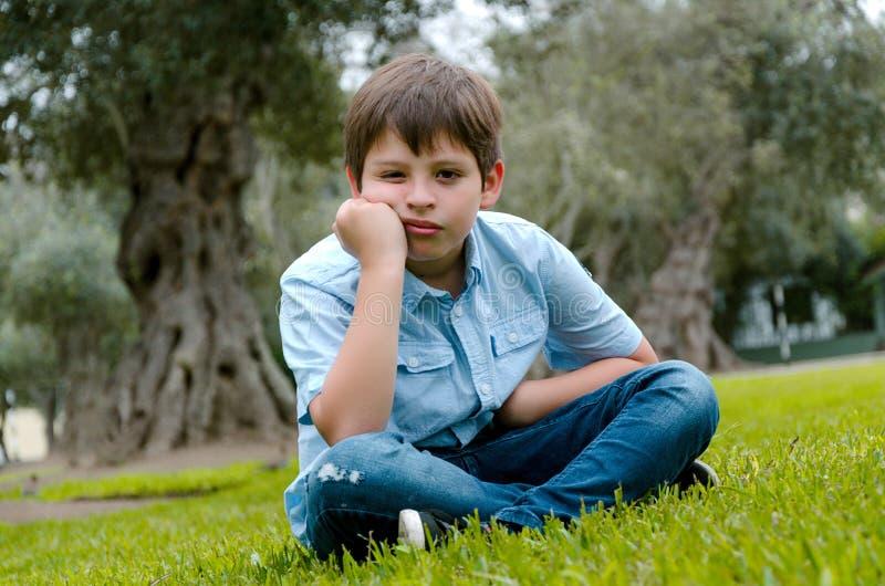 Menino da criança com a cara engraçada triste ou furada imagens de stock