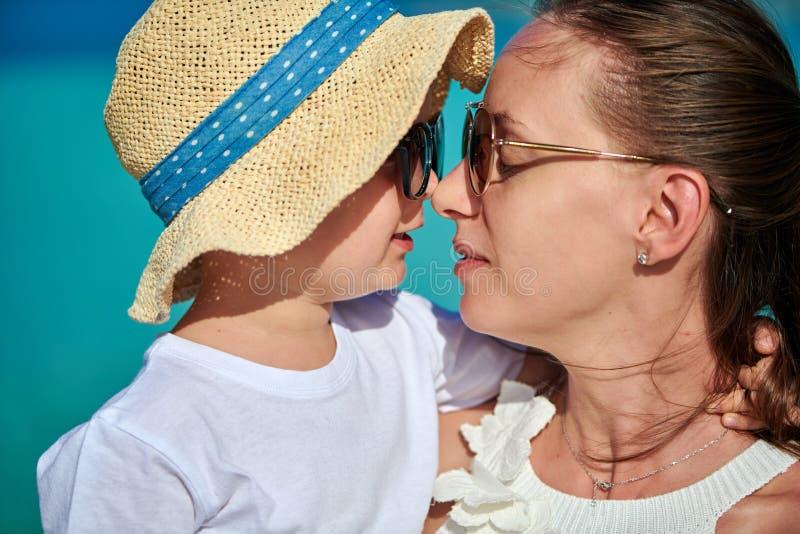 Menino da criança na praia com mãe imagem de stock royalty free