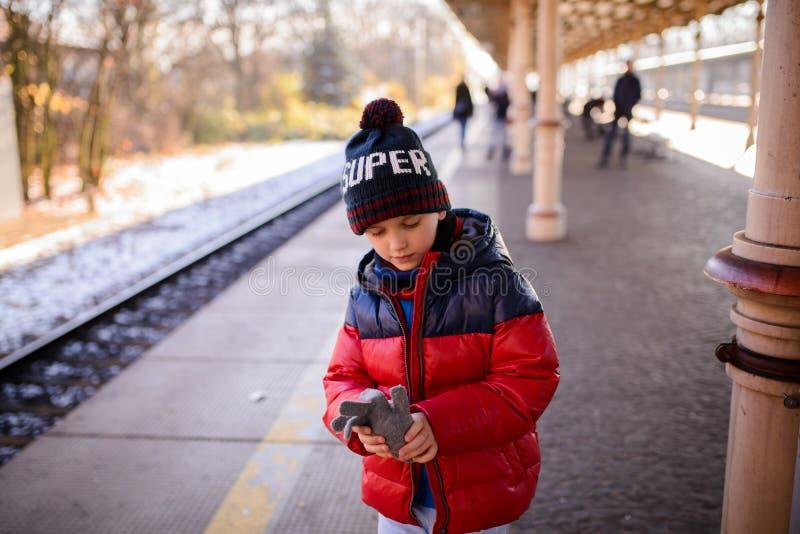 Menino da criança pequena que espera o trem foto de stock
