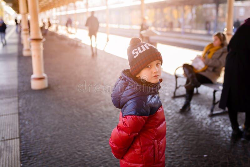 Menino da criança pequena que espera o trem imagens de stock