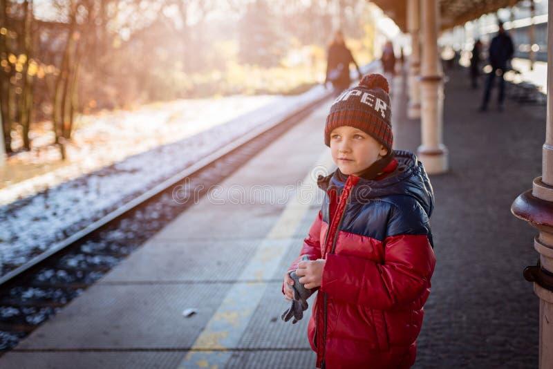 Menino da criança pequena que espera o trem imagens de stock royalty free
