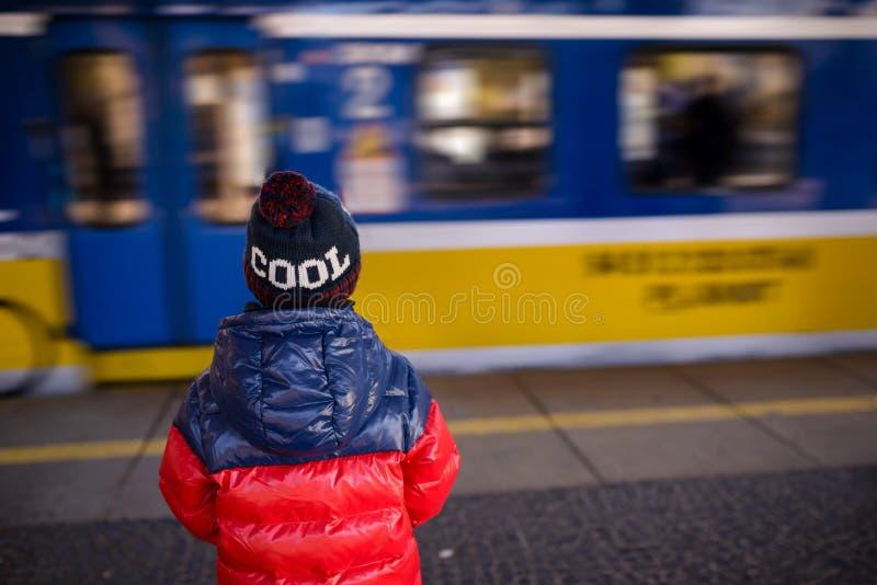 Menino da criança pequena que espera o trem fotos de stock