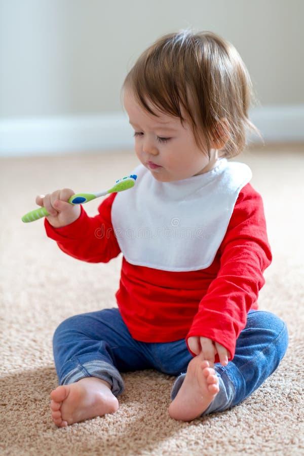 Menino da criança que escova seus dentes fotos de stock royalty free