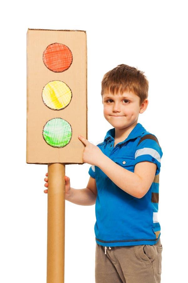 Menino da criança que estuda regulamentos de tráfego rodoviário imagens de stock royalty free