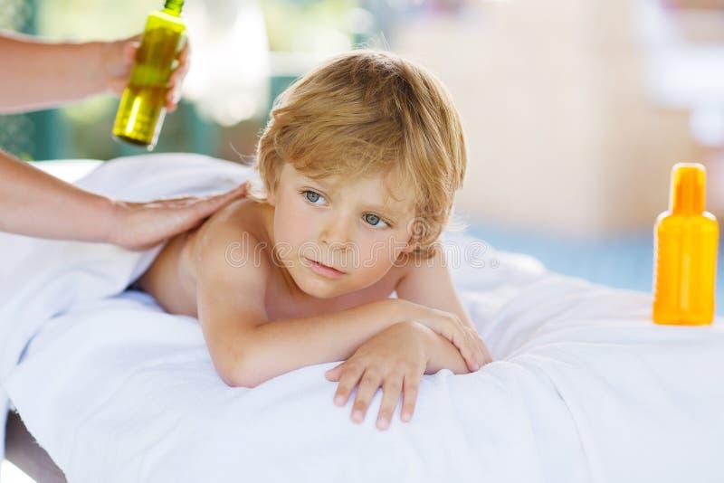 Menino da criança que relaxa nos termas com ter a massagem imagem de stock
