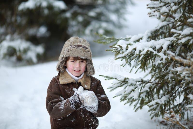 Menino da criança que tem o divertimento na neve fotos de stock royalty free