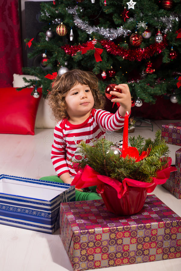 Menino da criança sob a árvore de Natal imagem de stock