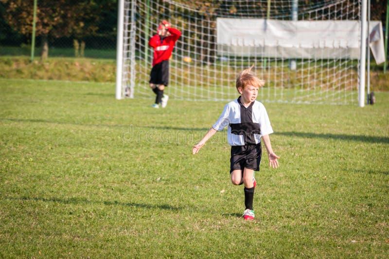 Menino da jovem criança que joga o futebol imagem de stock royalty free