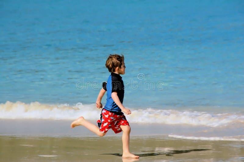 Download Menino da praia foto de stock. Imagem de divertimento, recreação - 537568