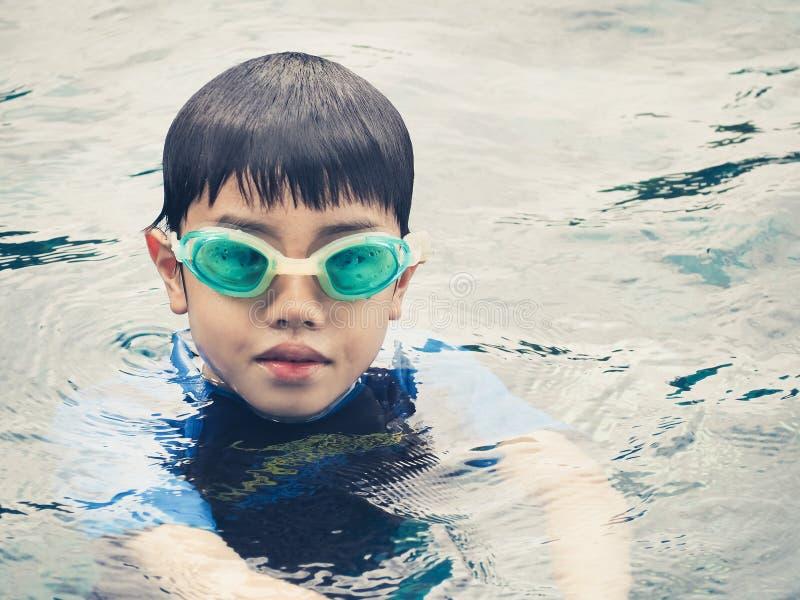 Menino de Ásia na piscina imagens de stock royalty free