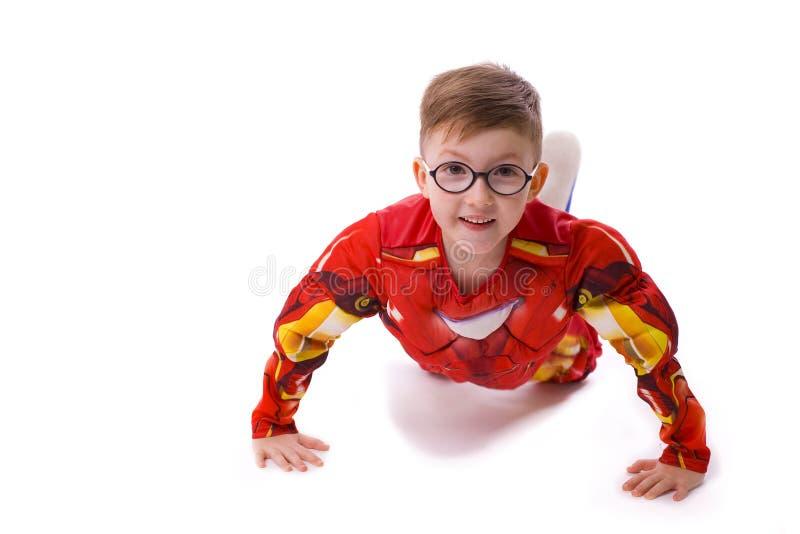Menino de cinco anos na imagem do homem do ferro imagem de stock