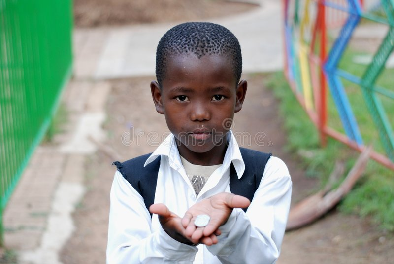 Menino de escola africano novo que implora pelo dinheiro imagens de stock
