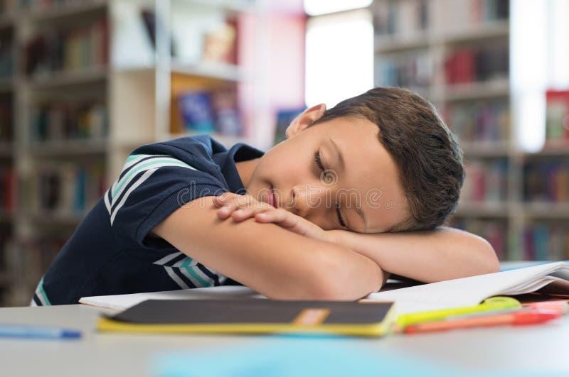 Menino de escola que dorme em livros fotografia de stock royalty free