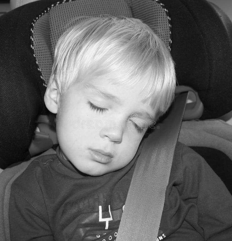 Menino de sono no assento de carro imagens de stock royalty free