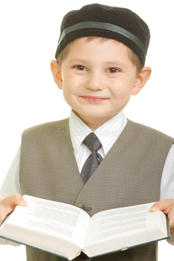 Menino de sorriso com livro aberto imagens de stock royalty free