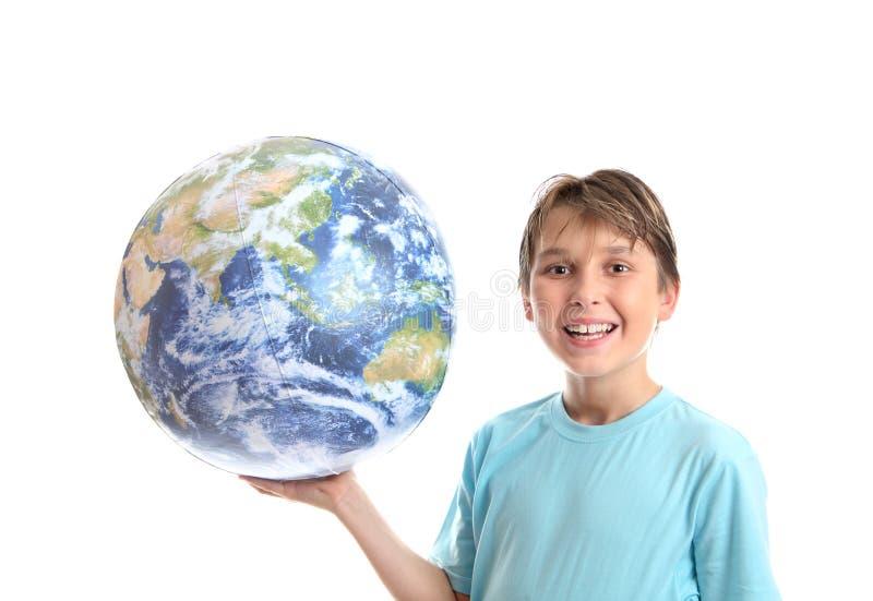 Menino de sorriso com o mundo na palma de suas mãos fotos de stock