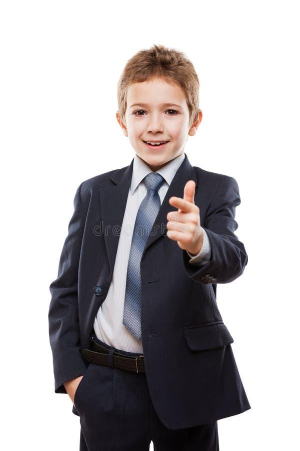 Menino de sorriso da criança no indicador de terno de negócio que aponta o directi imagem de stock royalty free