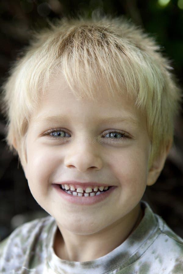 Menino de sorriso louro novo cinco anos velho imagem de stock royalty free