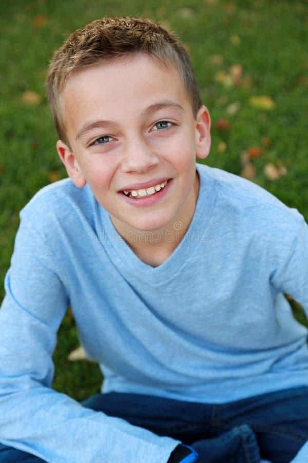 Menino de sorriso na luz natural fotografia de stock