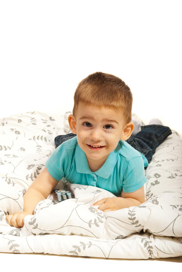Menino De Sorriso Que Encontra-se No Cobertor Fotos de Stock Royalty Free