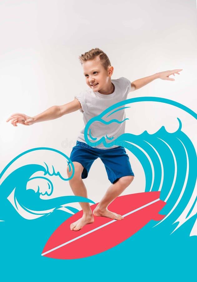 menino de sorriso que finge ser um surfista, com prancha e mar fotografia de stock