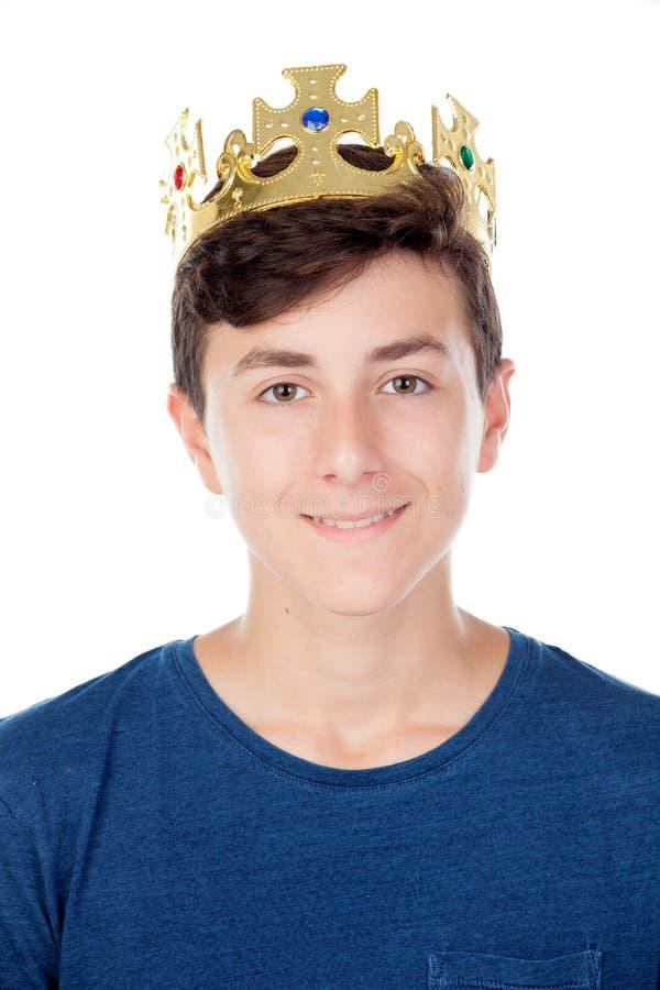 Menino do adolescente com coroa do rei foto de stock