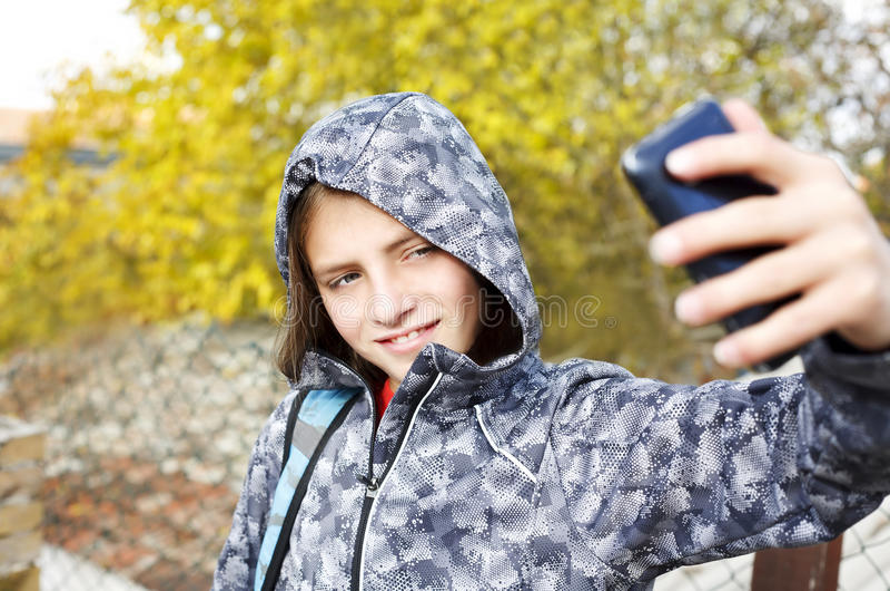 Menino do adolescente que toma o selfie com móbil fotografia de stock