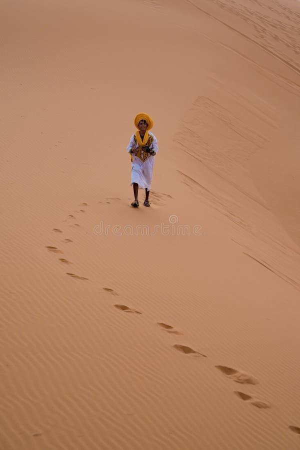 Menino do Berber em Sahara Desert fotografia de stock royalty free