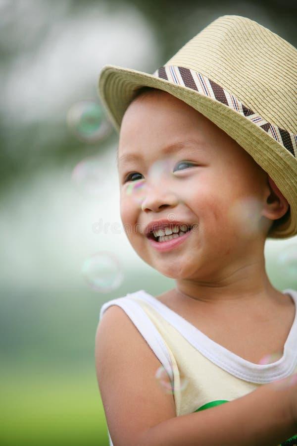 Menino do chapéu de palha com bolhas imagens de stock royalty free