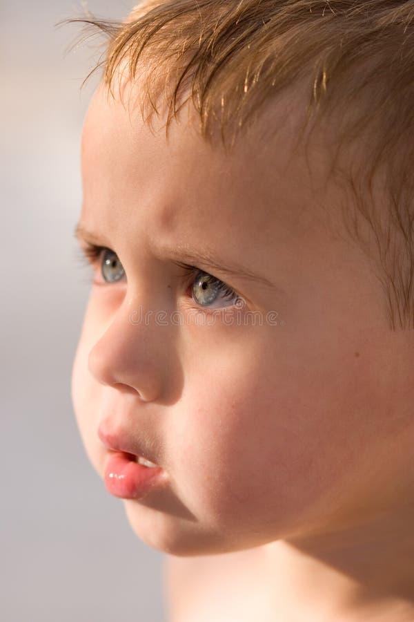Menino Do Close-up Que é Vesgo Os Olhos Em Sun Fotografia de Stock