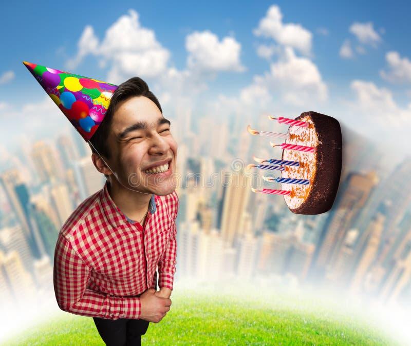 Menino do feliz aniversario com bolo fotos de stock