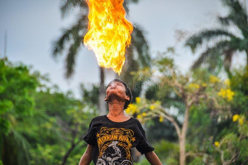 Menino do fogo-swallower em Jakarta, Indonésia imagem de stock royalty free