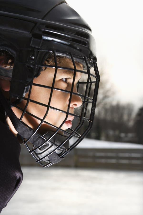 Menino do jogador de hóquei do gelo. fotografia de stock royalty free