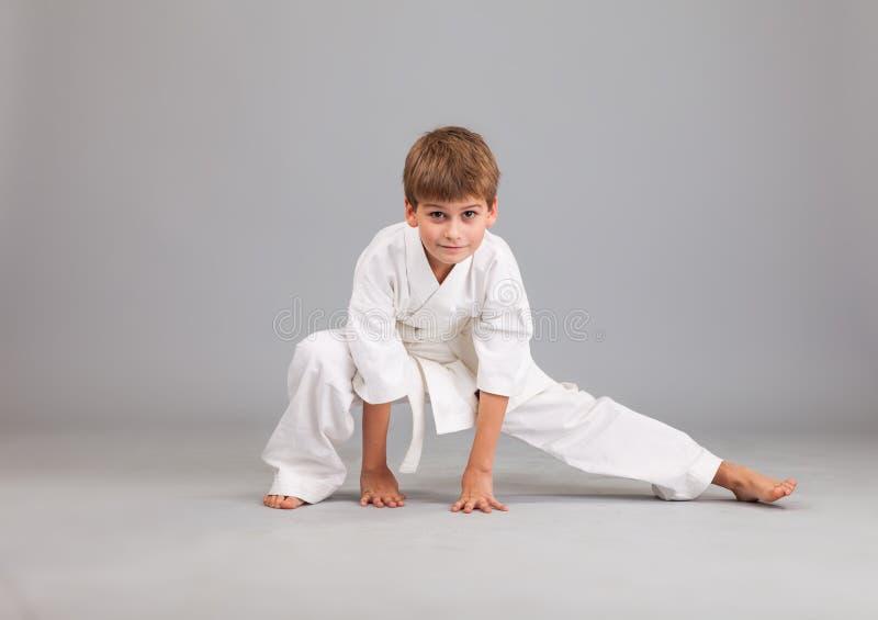 Menino do karaté na luta branca do quimono fotos de stock