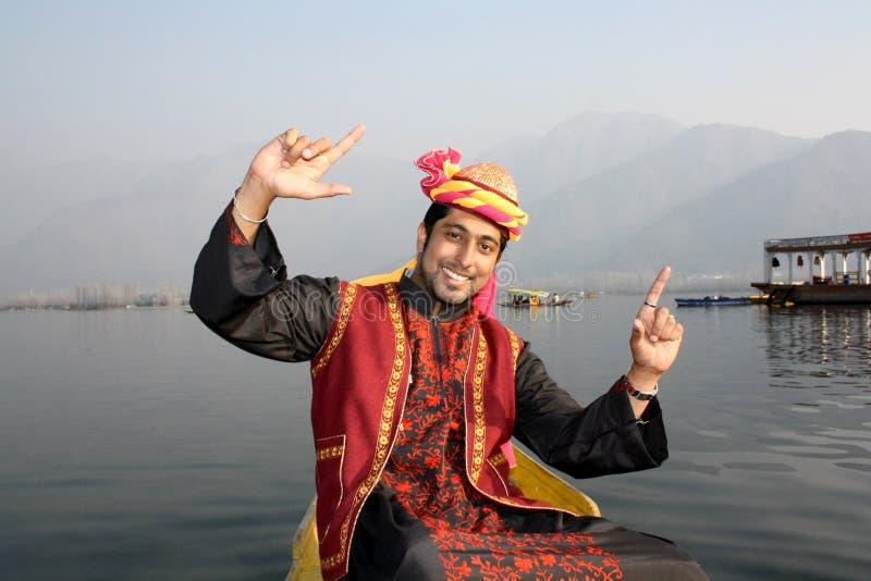 Menino do Kashmiri que dança a uma canção popular em um Shikara imagens de stock royalty free