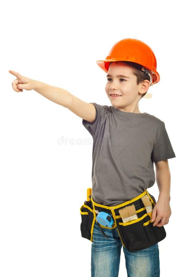 Menino do miúdo com capacete que aponta afastado fotografia de stock